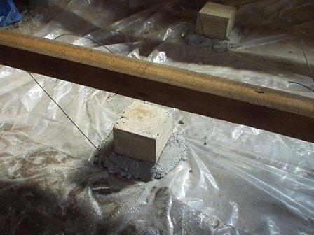 束石と防湿シート.jpg